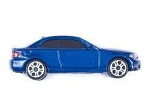 Blaues Spielzeugminiauto auf weißem Hintergrund Lizenzfreies Stockfoto