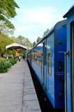 Blaues Sri Lanka Colombo zu Jaffna-Bahnzug parkte an der Plattform Lizenzfreies Stockbild