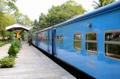 Blaues Sri Lanka Colombo zu Jaffna-Bahnzug parkte an der Plattform Lizenzfreie Stockfotos
