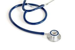 Blaues Stethoskop über weißem Hintergrund Lizenzfreie Stockfotos