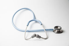 Blaues Stethoskop auf einem weißen Hintergrund Lizenzfreie Stockfotografie