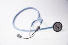 Blaues Stethoskop auf einem weißen Hintergrund Stockbilder