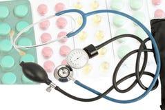 Blaues Stethoskop vor dem hintergrund der verschiedenen Tabletten Stockbild
