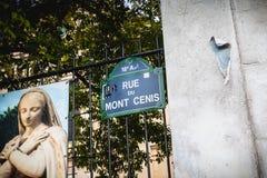 Blaues Straßenschild, in dem es 18. Arrondissement Mont Ce geschrieben wird lizenzfreie stockfotografie