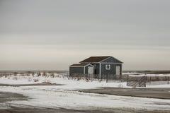 Blaues Strand-Haus auf schneebedeckter Düne Stockbilder