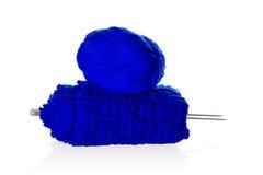 Blaues Strickgarn mit Näharbeit Stockfoto