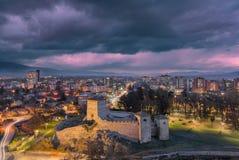 Blaues Stunde Pirot-Stadtbild und eine Vordergrundfestung lizenzfreies stockbild