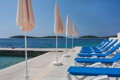 Blaues Sunchairs in Folge lizenzfreies stockfoto