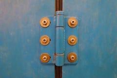 Blaues Türhochleistungsscharnier mit Chromnuß und Gummidichtung Lizenzfreies Stockfoto
