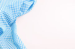 Blaues Tischdeckengewebe auf weißem Hintergrund Stockfoto