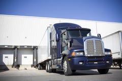 Blaues Transport-LKW-Kopplungsmanöver im Yard Stockfotografie