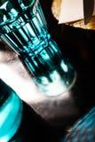 Blaues Trinkglas dachte über eine helle schwarze Tabelle nach lizenzfreies stockfoto