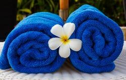 Blaues Tuch im Korb Lizenzfreie Stockfotos