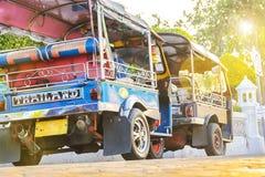 Blaues Tuk Tuk, thailändisches traditionelles Taxi in Bangkok Thailand, Park herein stockfoto