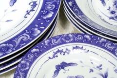 Blaues u. weißes Essgeschirr Stockfotos