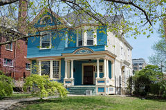Blaues u. weißes viktorianisches Haus Lizenzfreies Stockfoto