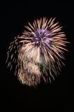 Blaues und gelbes Feuerwerk nachts Lizenzfreies Stockbild