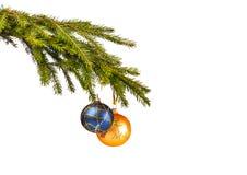 Blaues und gelbes Weihnachten spielt auf dem Tannenbaum Lizenzfreies Stockbild