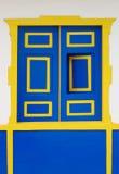 Blaues und gelbes Wooen Fenster Stockbilder