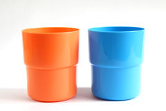 Blaues und orange Farbplastikglas Stockfoto