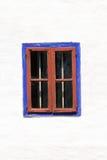 Blaues und rotes hölzernes Fenster geschlossen Stockfotografie