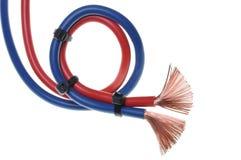 Blaues und rotes Netzkabel benutzt auf elektrischem Einbau lizenzfreie stockfotografie