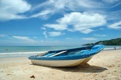 Blaues und weißes Boot Stockfoto