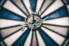 Blaues und weißes bulleye mit Pfeilen Lizenzfreie Stockfotos