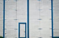 Blaues und weißes hölzernes Gebäude Stockbild