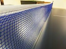 Blaues und weißes Netz einer blauen Klingeln pong Tabelle in einem Spielraum lizenzfreies stockfoto