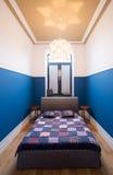 Blaues und weißes Schlafzimmer Stockbild