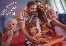 Blaues und weißes Viertel von Juli-Grafik gegen die Familie, die Pizza mit roter Überlagerung isst Lizenzfreies Stockbild