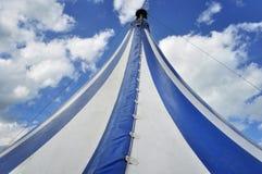 Blaues und weißes Zirkuszelt Stockbilder