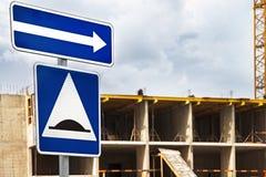 Blaues Verkehrsschild auf Bau des Rahmengebäudes Stockfotografie