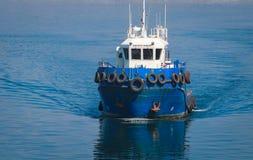 Blaues Versuchsboot kommt den Seehafen von Odessa lizenzfreie stockfotos