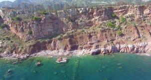 Blaues von der Luftmeer und Felsen stock video