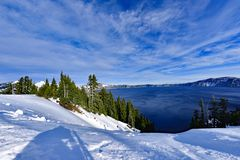 Blaues Wasser Carter Lake mit Schnee und Wolke Lizenzfreie Stockbilder