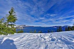 Blaues Wasser Carter Lake mit Schnee und Wolke Stockfotos