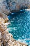 Blaues Wasser der adriatischen und felsigen Küstenlinie Stockbild