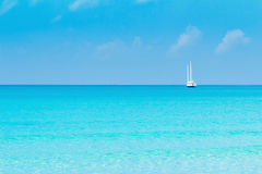 Blaues Wasser der Bucht setzt blaues blaues Wasser auf den Strand Lizenzfreie Stockfotos