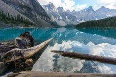 Blaues Wasser des Spiegels der moraine Seeschönen aussicht stockfotografie