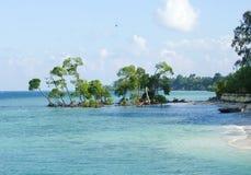 Blaues Wasser des Türkises punktiert durch grüne Landschaften Stockbild