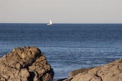 Blaues Wasser an einem ruhigen Tag Stockfotografie