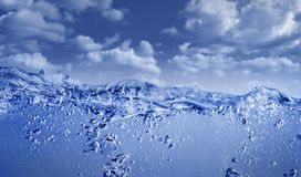 Blaues Wasser gegen blauen Himmel Stockbild