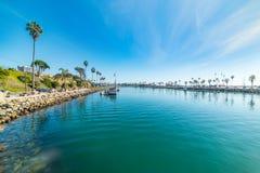 Blaues Wasser im Ozeanuferhafen Stockfotos