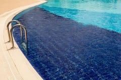 Blaues Wasser im Swimmingpool lizenzfreies stockfoto