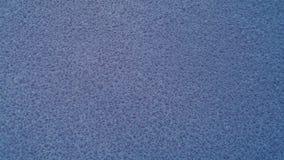 Blaues Wasser lässt Hintergrund mit roter Reflexion fallen Stockfoto