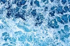 Blaues Wasser mit weißem Schaum Stockbilder