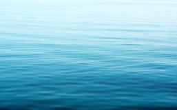 Blaues Wasser mit Wellen Stockfoto