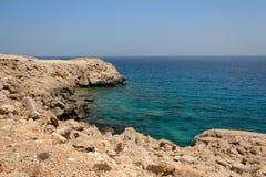 Blaues Wasser nähert sich Kap Greco Zypern stockbild